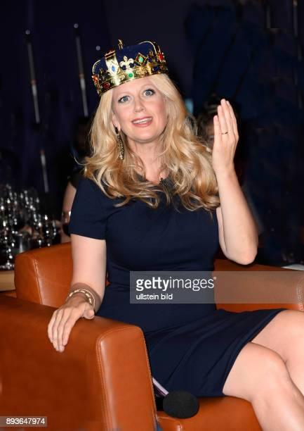 In der 749 Ausgabe der NDR Talk Show 26 06 2015 begrüßt Barbara Schöneberger Ihre Gäste als Königin Queen of Talkshow