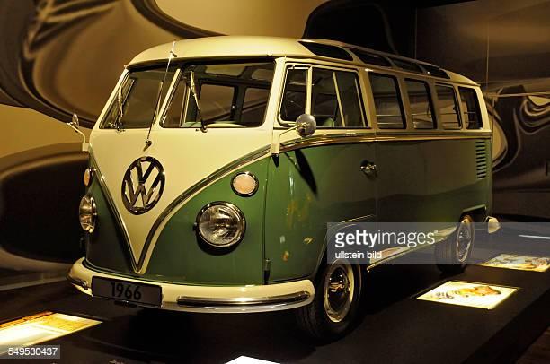 In der Ausstellung 'Meilensteine aus 125 Jahren Automobilgeschichte' in der Autostadt des Volkswagenwerkes Wolfsburg werden seltene Oldtimer gezeigt...