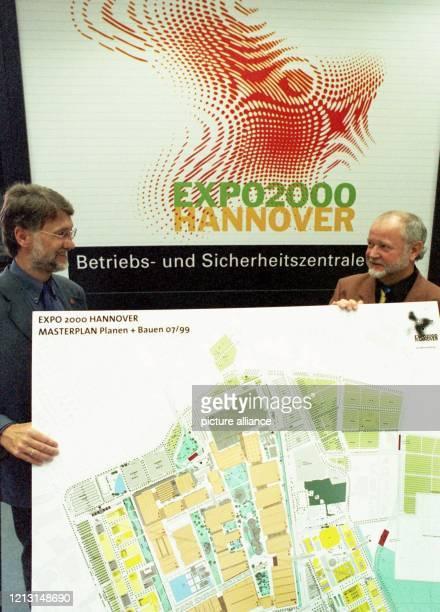 In der Betriebs- und Sicherheitszentrale der Weltausstellungsgesellschaft Expo 2000 steht am 8.9.1999 auf dem Messegelände in Hannover...