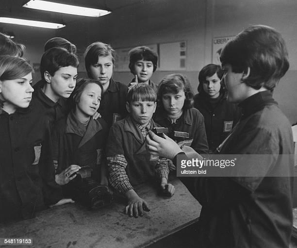 In der Filmfabrik Wolfen: Schüler mit einer Ausbilderin im polytechnischen Kabinett - 1967