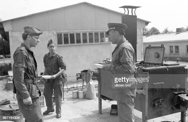 In der Grenzkompanie Schierke der Grenztruppen der Nationalen Volksarmee der DDR im Harz probiert Generaloberst Koschke an der Feldküche ein...