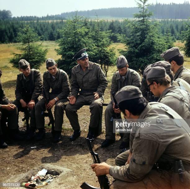 In der Grenzkompanie Schierke der Grenztruppen der Nationalen Volksarmee der DDR im Harz spricht Generaloberst Koschke mit GrenzSoldaten der Kompanie...