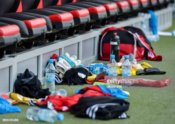 In der Halbzeitpause liegen an der Ersatzbank vom FC Ingolstadt Trikots Wasserflaschen Schienbeinschoner und mehr waehrend dem Fussball Bundesliga...