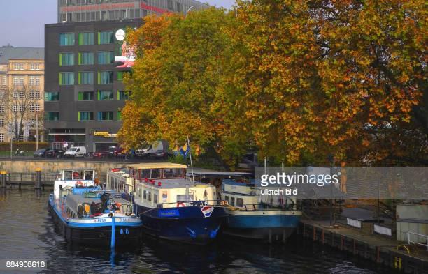 In der Herbst/Wintersaison liegen am Schiffsanleger Jannowitzbruecke langfristig Hotelschiffe Temporaer kommt das Sanitaerschiff Elsa