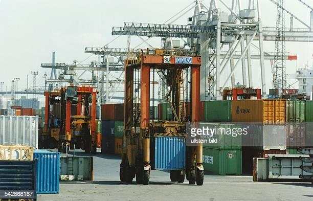 In der HoldingArea Lagerzone des Burchardkai Containerterminals Waltershof werden von VanCarriern der HHLA Container von und zu den Schiffen bewegt...