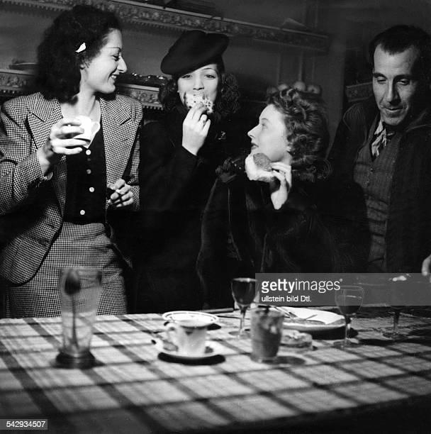 In der Portierloge des Kabaretts Folies Bergere stärken sich Colette Florence und Nina jeden Abend mit Kaffee und Kuchen bevor sie sich in der...