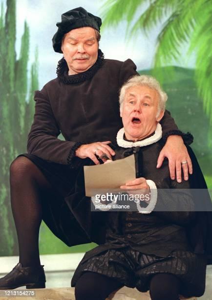 """In der Rolle des """"Otavio"""" steht der bekannte Ohnsorg-Theater- Schauspieler Edgar Bessen am 2.8.1999 während einer Probe zur Vega-Komödie """"Die kluge..."""