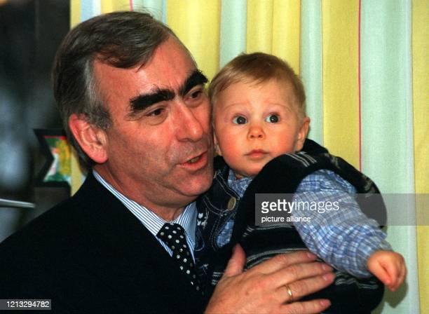 In der Rolle des Papa: Bundesfinanzminster Theo Waigel hält seinen Sohnemann Konstantin auf dem Arm. Familiäre Begleitung hatte Bundesfinanzminster...