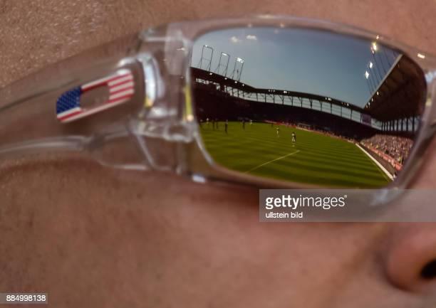 In der Sonnenbrille es Bayernfans spiegel sich das Spielfeld waehrend dem Fussball Bundesliga Spiel FC Ingolstadt 04 gegen FC Bayern Muenchen am 33...