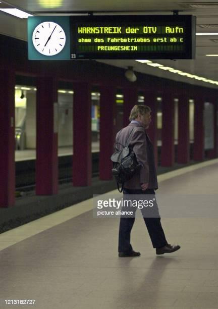 In der UBahn Station am Frankfurter Hauptbahnhof wartet am Morgen des 452000 ein Mann auf den ersten Zug Einen Tag vor Beginn der dritten Tarifrunde...