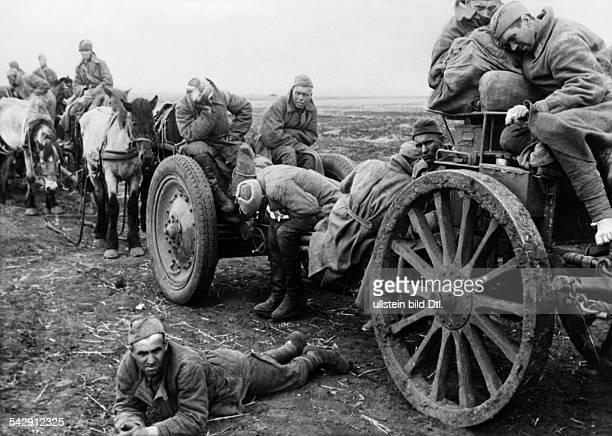 In deutsche Gefangenschaft geratene sowjetische Einheit wird auf Pferdefuhrwerken abtransportiert nach der Schlacht bei Charkow 1943