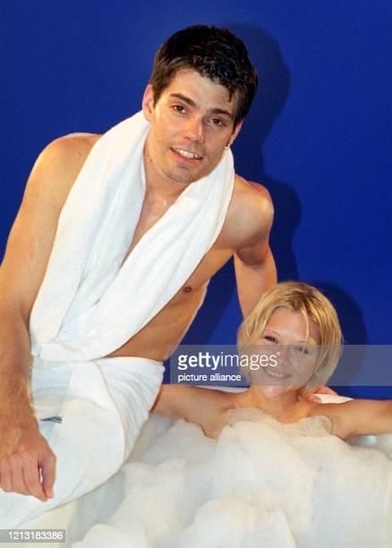 In die Badewanne steigt EislaufStar Tanja Szewczenko mit ihrem Freund dem TVSoap Darsteller und Musiker Daniel Fehlow am 3042000 in Berlin Die Szene...