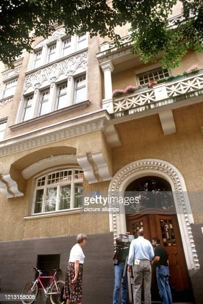 In diesem Wohnhaus im Schildweg im Münchner Stadtteil Schwabing wurde TV-Star Walter Sedlmayr am 15.7.1990 mit einem Küchenmesser getötet . Der als...