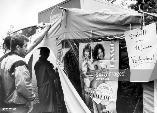 In diesem Zeltladen am Postplatz im Zentrum von Dresden werden Hefte und Videos pornografischen Inhalts verkauft aufgenommen im Mai 1990 Auch diese...