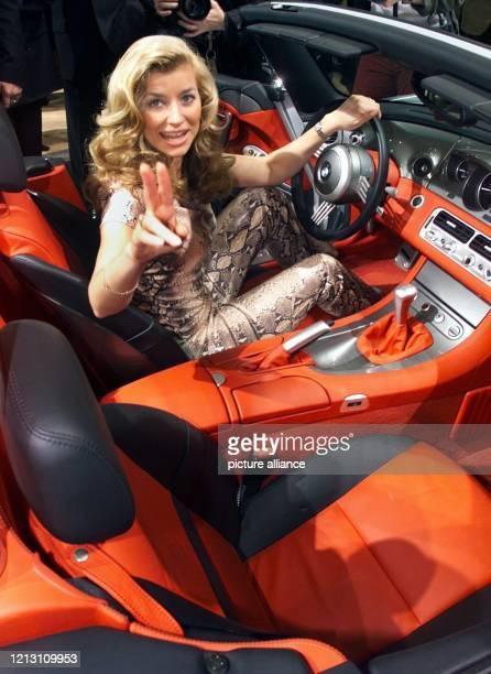 In einem BMWSportwagen Z8 sitzt die ExTagesschauSprecherin Susan Stahnke am 1122000 zur Eröffnung der Essen Motor Show 2000 Auf der Weltmesse für...