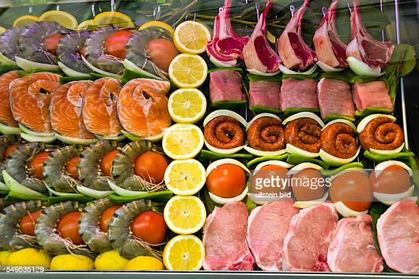 In einem FischRestaurant liegen Fische und Fleisch zur Zubereitung in einer Vitrine