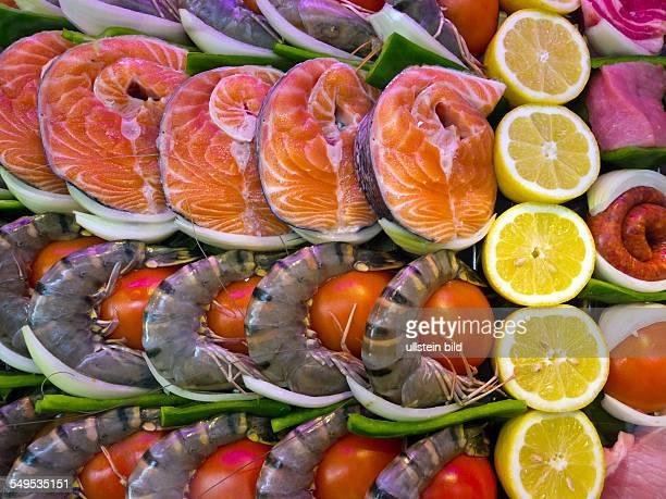 In einem FischRestaurant liegen Fische zur Zubereitung in einer Vitrine