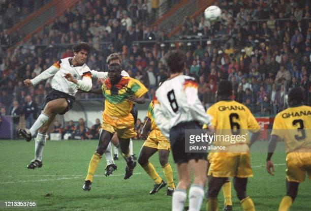 In einem Freundschaftsspiel besiegt am 14. April 1993 die deutsche Fußballnationalmannschaft die Auswahl Ghanas im Bochumer Ruhrstadion mit 6:1....