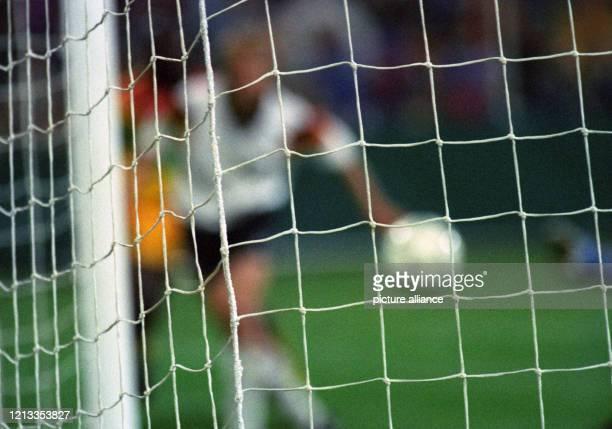In einem Freundschaftsspiel besiegt am 14. April 1993 die deutsche Fußballnationalmannschaft die Auswahl Ghanas im Bochumer Ruhrstadion mit 6:1. Das...