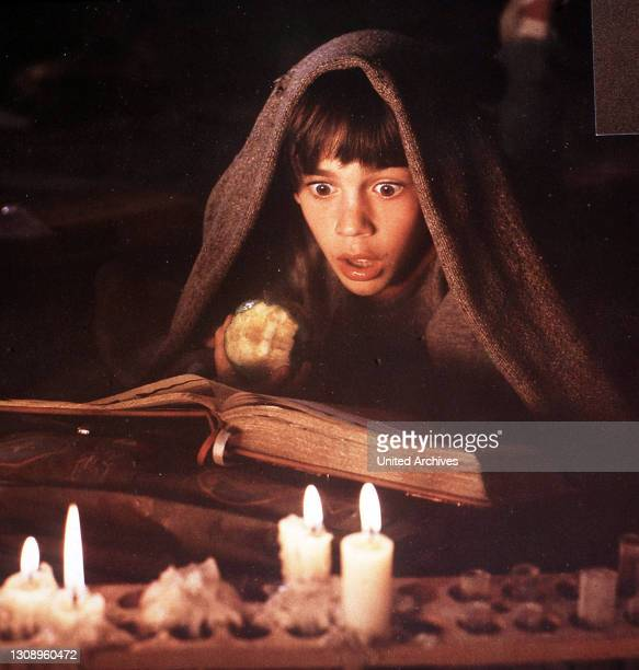 In einem geheimnisvollen Buch liest der phantasiebegabte Junge Bastian von dem Land der Phantasien, das von einer großen Gefahr bedroht wird: Jedes...