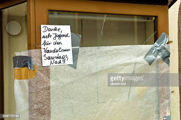 In einem Laden wurde eine Fensterscheibe eingeworfen Vandalismus und Diebstahl