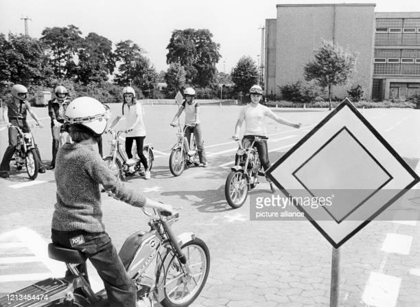 In einem Modellversuch des Kultusministeriums in Nordrhein-Westfalen erhalten Schüler an weiterführenden Schulen in NRW ab dem - wie hier auf einem...