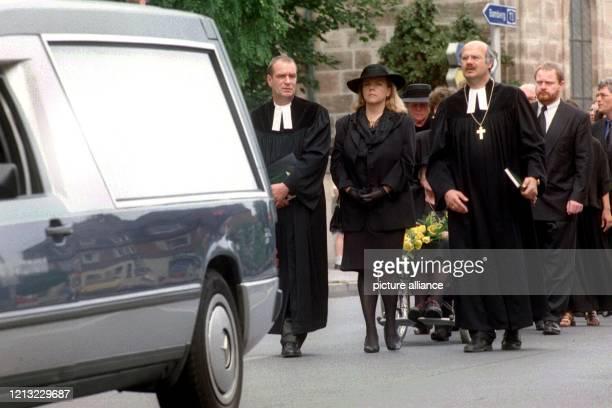In einem Trauerzug geht die Witwe Alexandra Hiersemann hinter dem Bestattungsfahrzeug am 2271998 durch Erlangen Eine große Trauergemeinde hat...