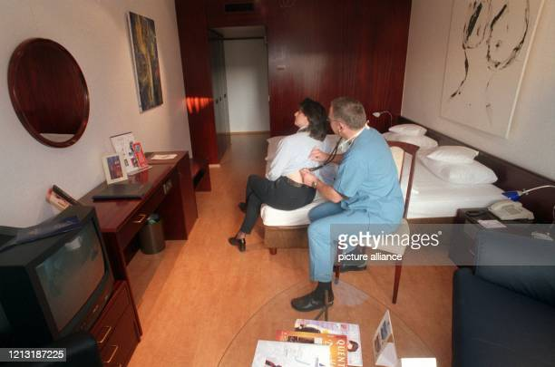 In einem vom Hotel zum Krankenzimmer umgestalteten Raum behandelt der Facharzt Walter Bannasch am 921999 eine Patientin Das Zimmer und weitere Räume...