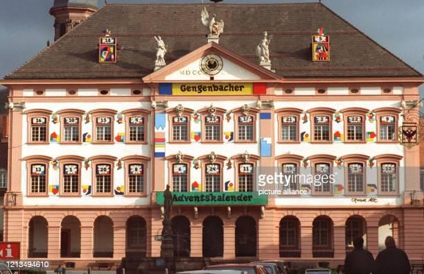 In einen überdimensionalen Adventskalender haben die Stadtväter des badischen Örtchens Gengenbach ihr Rathaus verwandelt Derzeit streiten sich zwei...