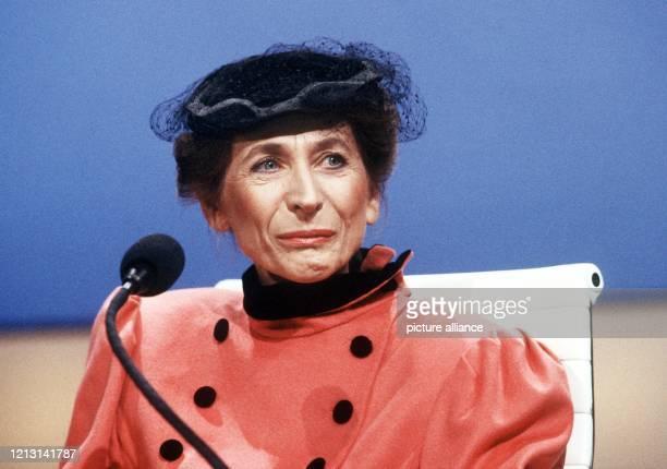 """In einer Aufnahme vom während ihrer Teilnahme in der Fernsehsendung """"Wetten, dass ... ?"""". Helga Feddersen begann ihre Schauspielkarriere 1949 im..."""