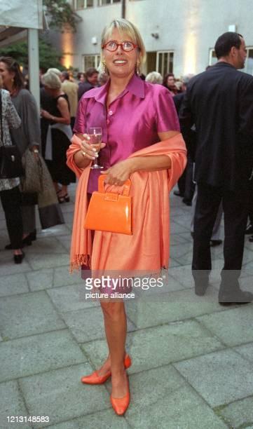 In einer farbenfrohen Blachnik-Kombination aus violettem Kostüm und orangefarbener Stola, Tasche und Schuhen erwies Schauspieler-Gattin Hella Janson...