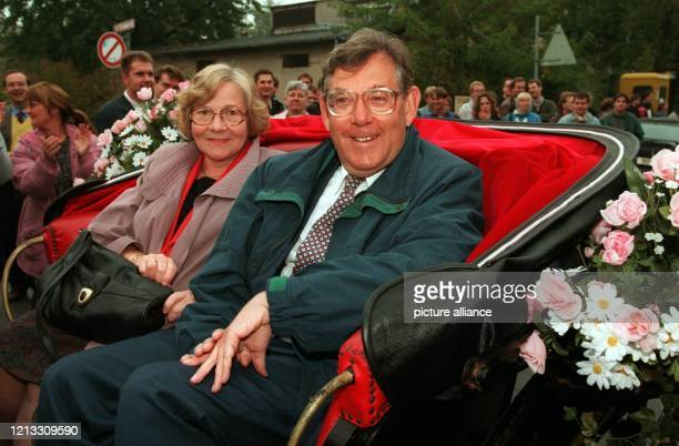In einer Kutsche, die ihm seine Mitarbeiter zum Abholen nach Hause schickten, fahren Paul Crutzen und seine Frau Terttu vor dem Mainzer...