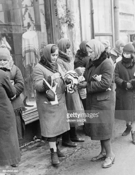 In einer Moskauer Geschäftsstrasse Verkauf von Wäsche vor den Schaufenstern eines grossen Kaufhauses Die Verkäuferinnen haben ihre Artikel meist in...