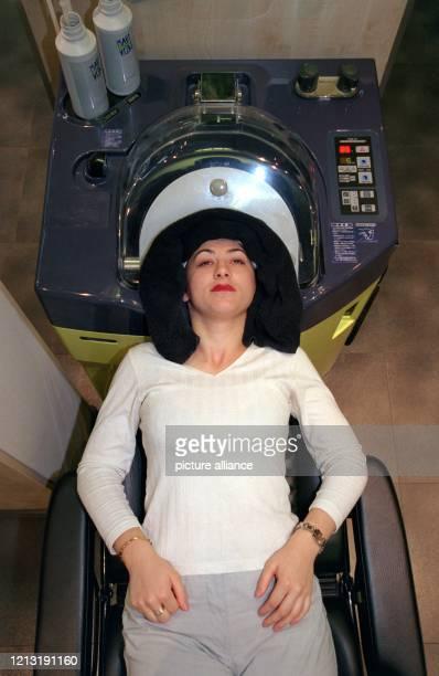 In einer neuartigen KopfWaschmaschine läßt Gjilsime Vesele am 2991999 in einem FriseurSalon im Hamburger Bleichenhof das Haarewaschen automatisch...