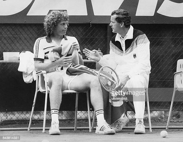 In einer Spielpause unterhält sich der Tennisspieler Michael Westphal mit Wilhelm Bungert dem Kapitän der deutschen DavisCupMannschaft Beim Daviscup...