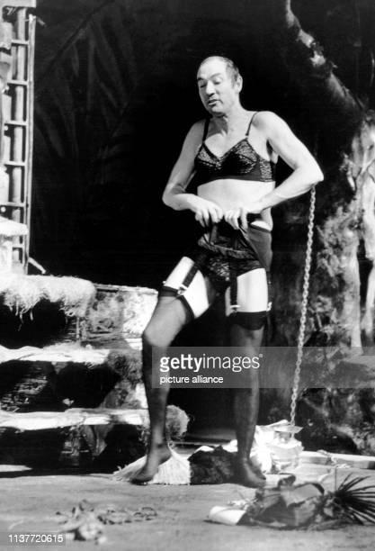 """In einer Striptease-Szene steht Martin Benrath im November 1969 in Fernando Arrabals """"Der Architekt und der Kaiser von Assyrien"""" auf der Bühne des..."""