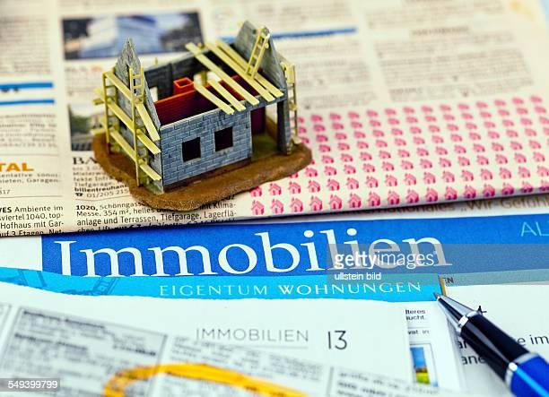 In einer Zeitung werden Immobilien zum Kauf angeboten Inserate für Hauskauf und Wohnungssuche
