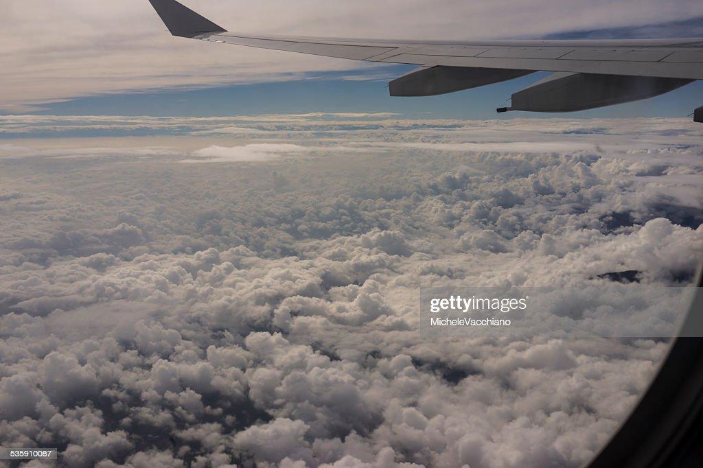 En vuelo por encima de los Alpes entre Italia y Suiza : Foto de stock