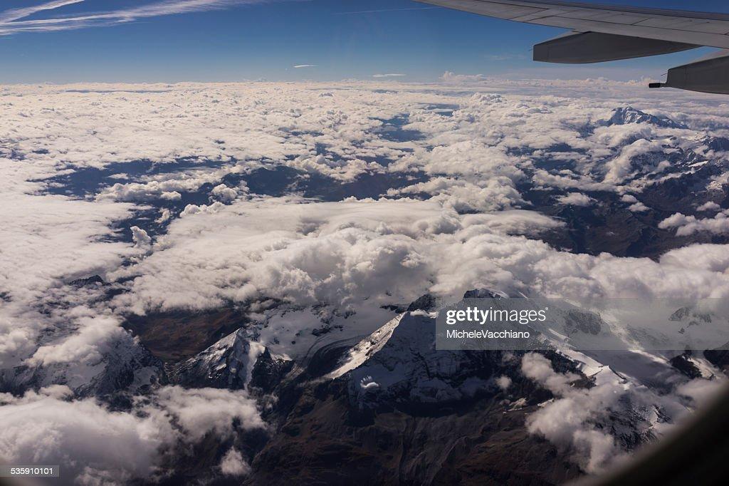 Im Flug über die Alpen zwischen Italien und der Schweiz : Stock-Foto