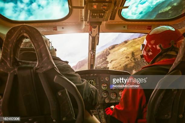 Im Flug mit dem Hubschrauber cockpit mit pilot mit dem Flugzeug In der Schweiz