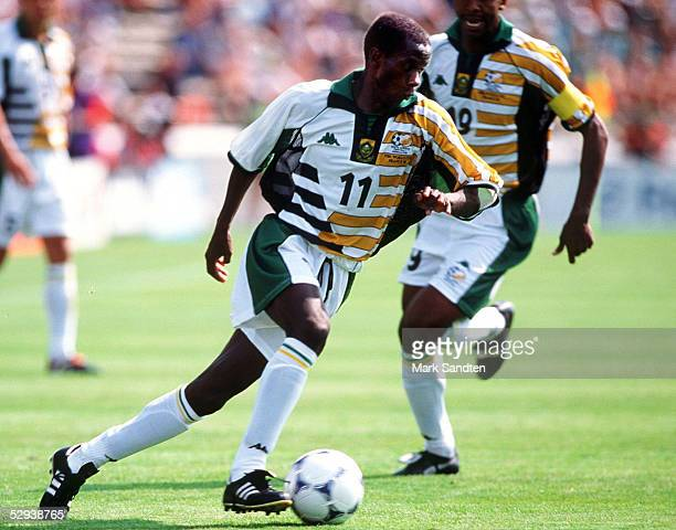 WM 1998 in Frankreich Bordeaux SUEDAFRIKA SAUDI ARABIEN 22 Helman MKHALELE/RSA