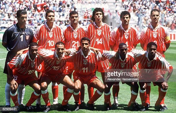 WM 1998 in FRANKREICH Marseille ENGLAND TUNESIEN 20 TEAM TUN/hinten vl TORWART Chokri EL QUAER Kaies GODHBANE Khaled BADRA Sirajeddine CHIHI Mounir...