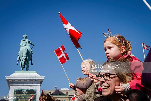 CONTENT] In front of Amalienborg palace a huge crowd with Danish flags greeted the queen Margrethe II of Denmark who celebrated her 73th Birthday