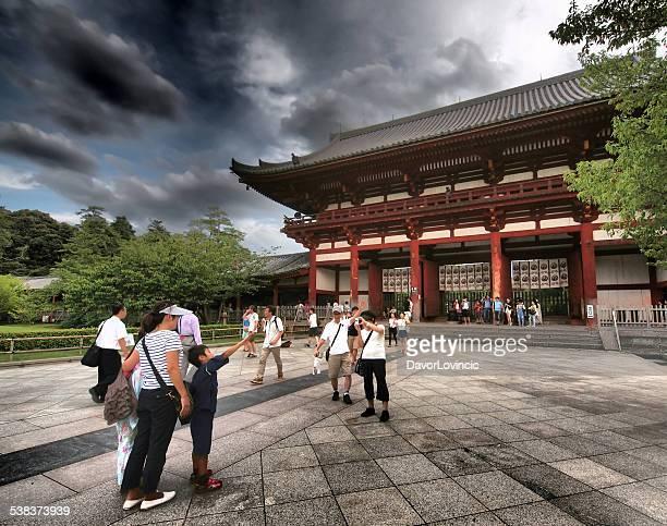 の前に daibutsuden 寺院 - 奈良市 ストックフォトと画像