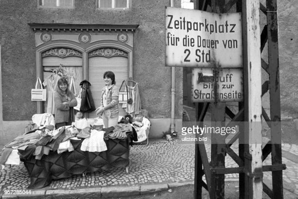 In Gerbstedt in der KupferbergbauRegion Mansfelder Land findet ein Flohmarkt statt aufgenommen im Mai 1984 Diese beiden Frauen verkaufen an ihrem...