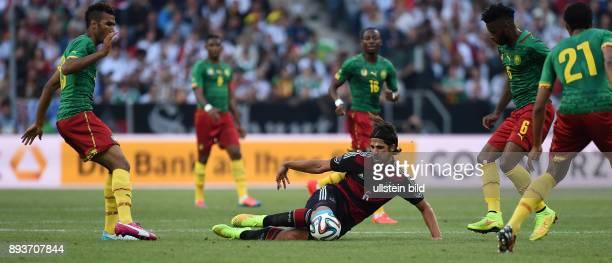 FUSSBALL INTERNATIONALES TESTSPIEL in Gladbach Deutschland Kamerun Sami Khedira beobachtet von Eric Maxim ChoupoMoting Alexandre Song und Joel Matip
