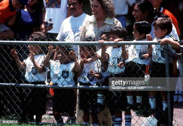 CUP 1999 in Guadalajara/Mexiko Besuch der DFB NATIONALMANNSCHAFT in QUERETARO bei Waisenkindern/DFB FOERDERPROJEKT KINDER/FANS in Trikots der DFB...