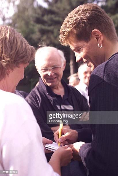 CYCLASSICS 1999 in Hamburg Jan ULLRICH tauft im Hamburger DahlienGarten im Volkspark eine Dahliensorte auf den Namen JanUllrichDahlie