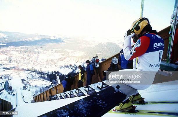 WELTCUP in HARRACHOV 2001 13/140101 SKIFLIEGEN Skispringer vor dem Sprung am Balken