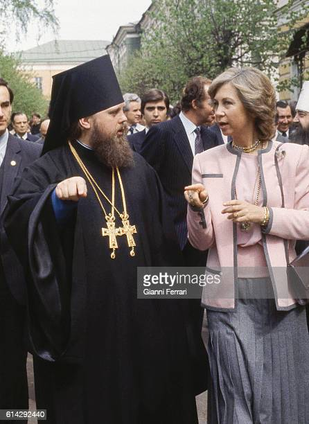 In her official trip to the USSR the Spanish Queen Sofia visits Zargosk 's Monastery Zargosk USSR